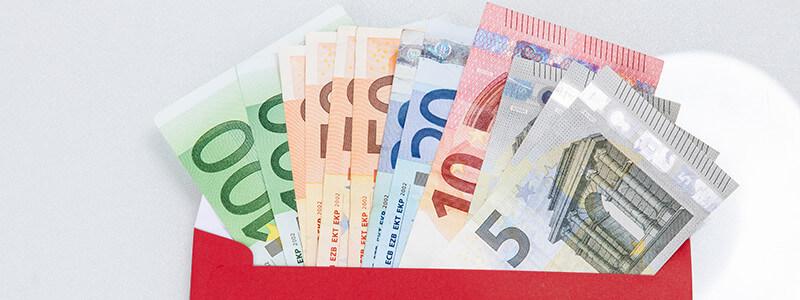 Geldscheine in einem Briefumschlag
