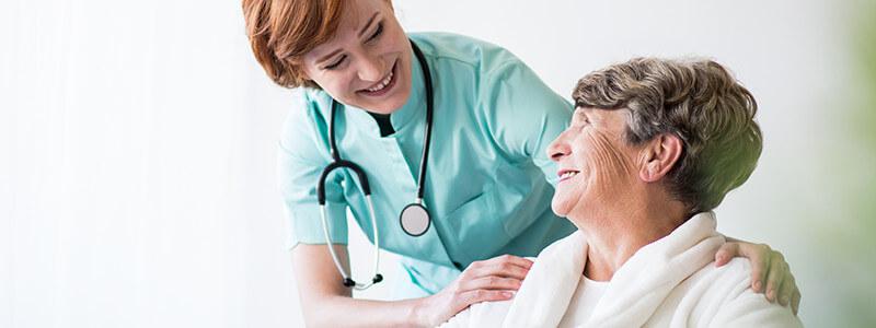 Krankenschwester und ältere Frau