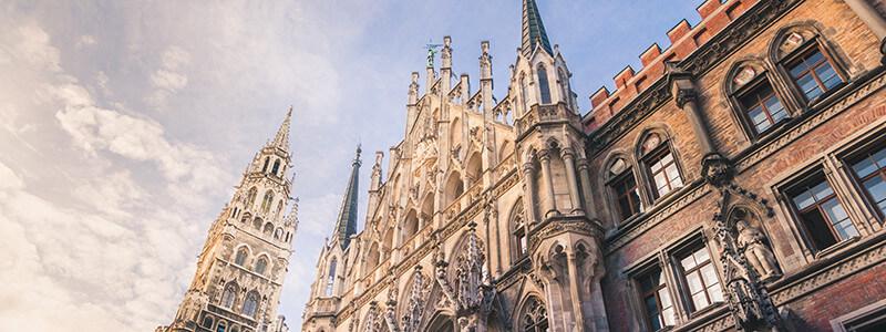Blick von unten auf das Rathaus München