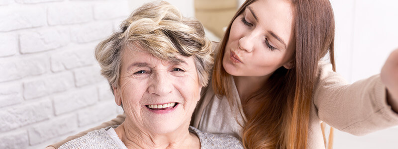 Ältere und jüngere Frau