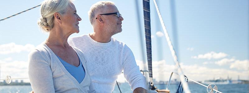 Mann und Frau auf Segelboot